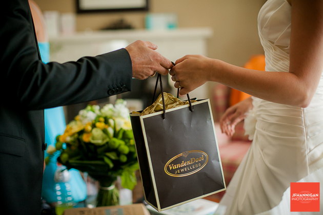 niagara, wedding, photography, joel, hannigan, present, bride, morning, vandendool