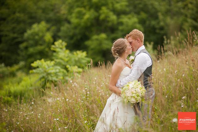 niagara, wedding, photography, joel, hannigan, bride, groom, kiss, field