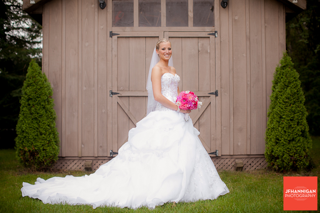 bride with fuschia bouquet